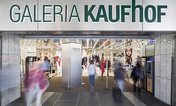 Tätowierte Jungsau lässt sich in Galeria Kaufhof ficken